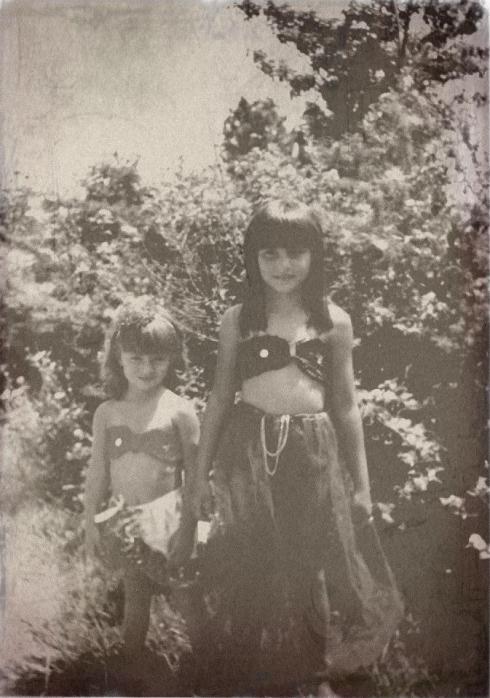 Minha irmã e eu fantasiadas de odaliscas