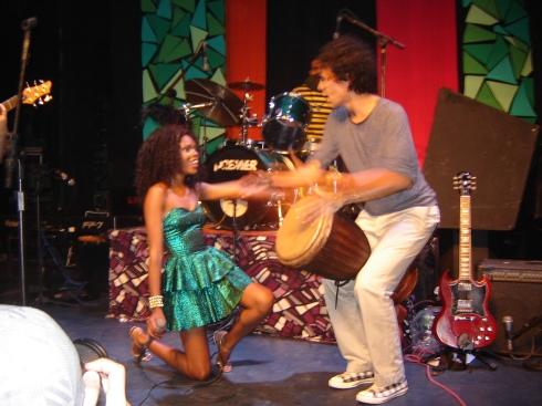 Xênia, vocalista da banda Capadoxe e Zé Motta, do Seis Sextos