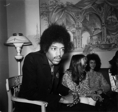 Jimi Hendrix cercado por seres de gosto fashion duvidoso