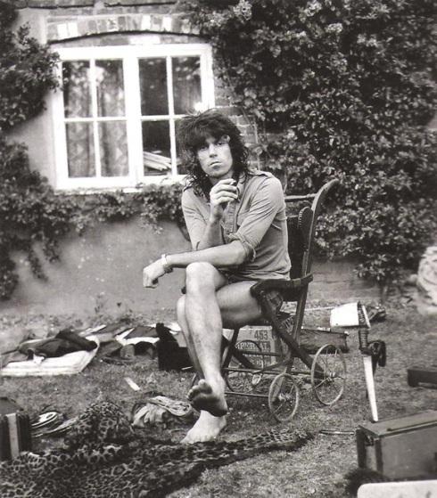 Keith Richards bem encaixado em um carrinho de bebê vintage
