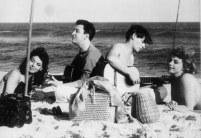 João Gilberto e Tom Jobim encantam as moçoilas da praia
